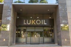 Логотип Lukoil на их главном офисе для Сербии Lukoil Корпорация главный русский производитель нефти и газ стоковая фотография rf