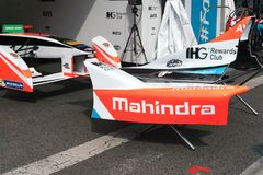 Логотип Mahindra на форме кузова гоночного автомобиля формулы e FIA Стоковое фото RF