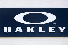 Логотип Oakley на стене стоковые изображения