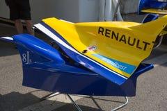 Логотип Renault на форме кузова гоночного автомобиля Стоковое фото RF
