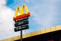Логотип ` s McDonald, ` s McDonald известный ресторан фаст-фуда гамбургера в Малайзии Стоковое Фото