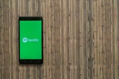 Логотип Spotify на экране smartphone на деревянной предпосылке стоковые изображения rf