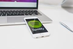 Логотип Spotify app на экране smartphone стоковое фото rf