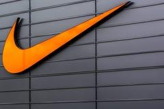 Логотип Swoosh Найк на торговом комплексе выхода Metzingen в Германии Стоковые Фото