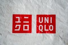 Логотип Uniqlo на скомканном полиэтиленовом пакете Стоковое фото RF