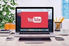 Логотип YouTube на дисплее Яблока MacBook Pro Стоковое Фото
