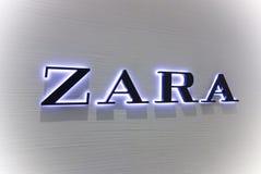 Логотип Zara на белой стене Стоковое фото RF