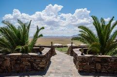 Ложа с взглядом на ландшафт пустыни около пасьянса, Намибии Стоковое Изображение