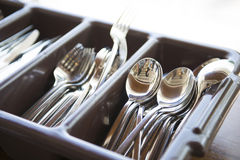 Ложка, вилка и нож в коричневой пластичной коробке Стоковая Фотография RF
