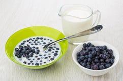 Ложка в шаре с голубиками, молоке, кувшине молока Стоковые Изображения RF