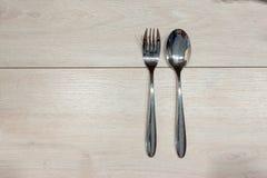 Ложка и вилка на деревянном столе Стоковое фото RF