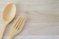 Ложка и вилка на деревянном Стоковое Изображение