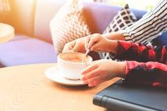 Ложка кофе пользы детей Чашка кофе на таблице в кофейне Стоковое Изображение