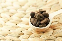 ложка кофе фасолей деревянная Стоковые Изображения