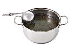 Ложка кухни металла положилась на баке супа Стоковые Изображения