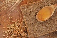 ложка меда хлеба объединенная отрезанная Стоковое Изображение RF