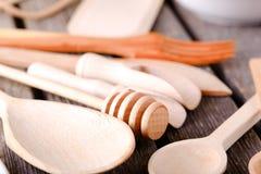 Ложка меда и другая деревянная посуда Стоковая Фотография