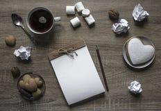 Ложка мяты бумаги шишки гаек зефира кофе кружки коричневого цвета карандаша сердца печенья плиты деревянного блокнота ремесла пре Стоковые Фотографии RF