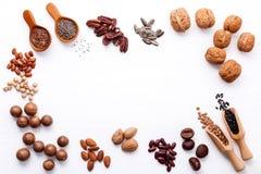 Ложка различных бобов и различных видов чокнутого ker грецких орехов Стоковое Изображение RF