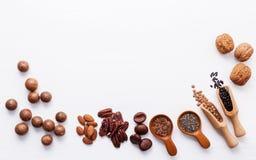 Ложка различных бобов и различных видов чокнутого ker грецких орехов Стоковая Фотография RF