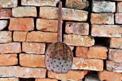 Ложка старого антиквариата сломленная деревянная с отверстиями стоковое фото