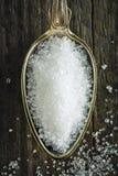 Ложка точного раздробленного сахара на деревянной предпосылке Стоковое Фото
