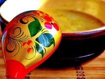 Ложка Khokhloma и шар супа Khokhloma - старое русское фольклорное столетие ремесла XVII стоковые изображения
