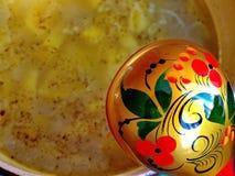 Ложка Khokhloma и шар супа Khokhloma - старое русское фольклорное столетие ремесла XVII стоковое фото