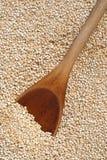 ложка quinoa зерен деревянная Стоковое Фото