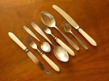 Ложки, вилки и ножи столового прибора на деревянном столе Стоковое Изображение
