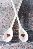 Ложки с в форме сердц отверстиями на грязной предпосылке Стоковое Фото