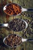 Ложки тимона, перцев Кайенны и семян chia на деревянной предпосылке стоковая фотография rf
