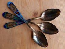 Ложки чая и десерта на деревянном столе Эмаль цвета ручки и взгляд башни ретро closeup стоковые фотографии rf