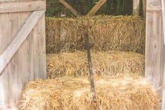 Ложь грабл металла на соломе в деревянном хранении на сельской местности в винтажном стиле стоковые фото