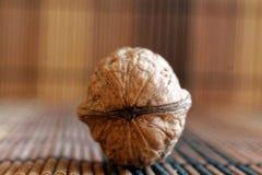 Ложь грецкого ореха на деревянной бамбуковой таблице, предпосылка для вебсайта или мобильные устройства Стоковое Изображение