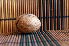 Ложь грецкого ореха на деревянной бамбуковой таблице, предпосылка для вебсайта или мобильные устройства Стоковые Изображения RF