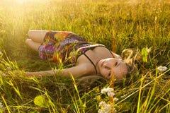 Ложь женщины на траве Стоковые Изображения