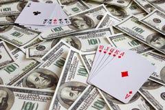 Ложь играя карточек на долларовых банкнотах Стоковые Изображения