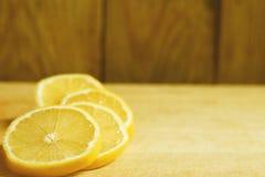 Ложь кусков лимона на деревянном столе Стоковая Фотография RF