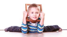 Ложь мальчика на поле и игра с рамкой Стоковое Изображение RF