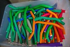 ложь много красочной curlers в коробке стоковые изображения