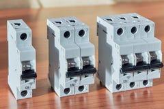 Ложь 3 модульная электрическая автоматов защити цепи на таблице Стоковая Фотография