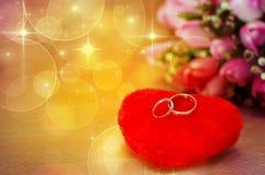 Ложь новобрачных кольца на сердце Стоковое фото RF