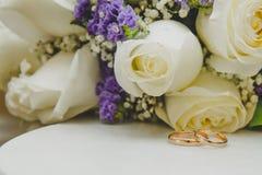 Ложь 2 обручальных колец золота на букете Стоковое Фото