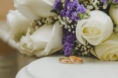 Ложь 2 обручальных колец золота на букете Стоковое Изображение RF