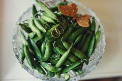 Ложь обручальных колец на зеленых французских фасолях Стоковая Фотография
