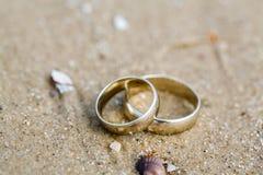 Ложь обручальных колец на песке Стоковое Фото
