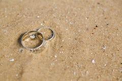 Ложь обручальных колец на песке Стоковые Фотографии RF