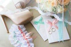 Ложь обручальных колец на Bridal букете Стоковое Изображение