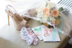 Ложь обручальных колец на Bridal букете Стоковое фото RF